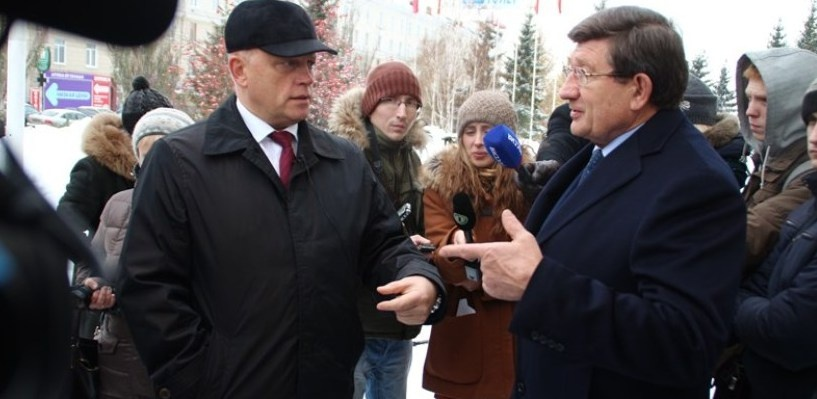 Губернатор Омской области раскритиковал мэра за укладку асфальта в лужи