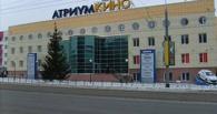 В Омске с крыши «Атриум-Кино» на машины рухнул снег