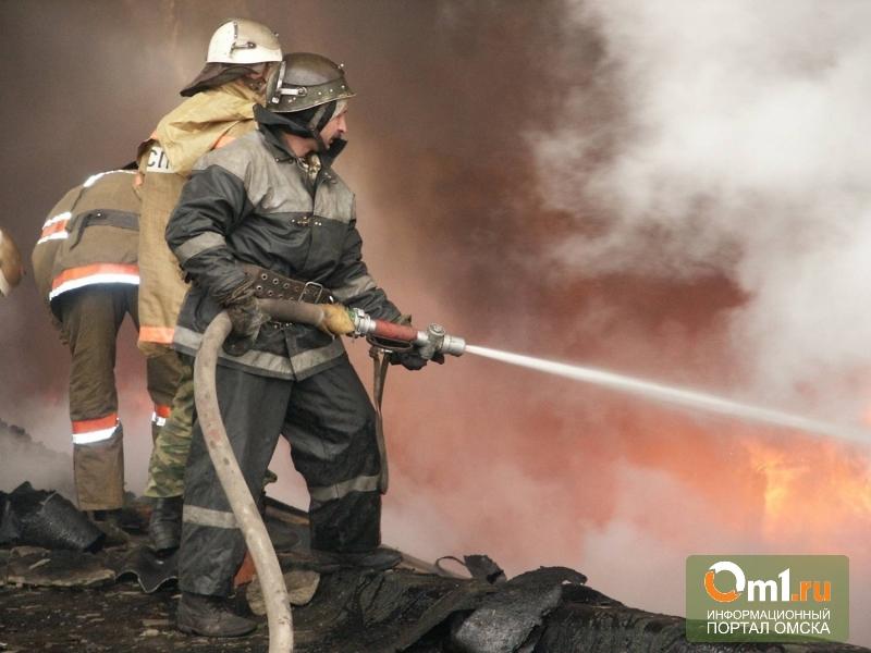 В омском городке Нефтяников горел цех по переработке древесины