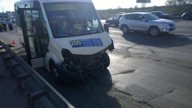 В результате ДТП с маршруткой в Омске госпитализированы двое пострадавших