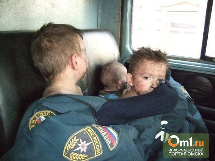 В Омске пожарные вытащили из горящей квартиры пятерых детей