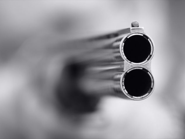 В деревне Омской области мужчина устроил стрельбу по замкам
