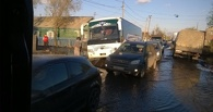 В Омске еще один автобус провалился в яму