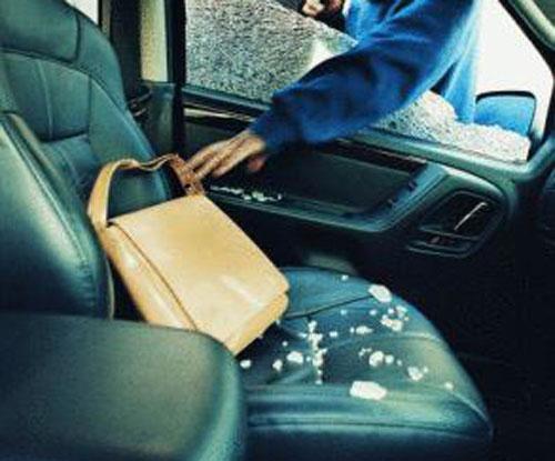 Ночью в Омске из авто украли деньги, аккумулятор и две пары женской обуви