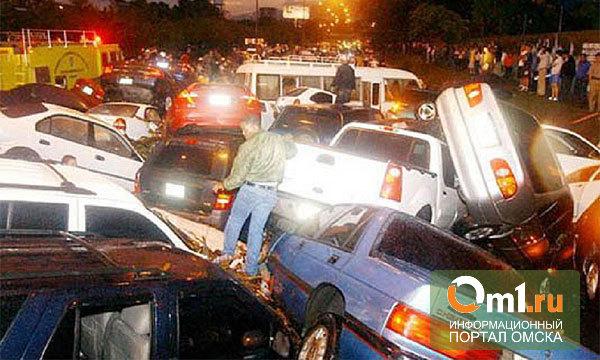 В Омске ночью на Красном пути столкнулись шесть машин