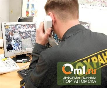 В Омске два парня украли из магазина колбасу, фрукты и алкоголь