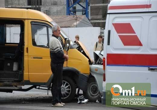 Массовое ДТП в Омске: столкнулись 2 авто и 2 маршрутки