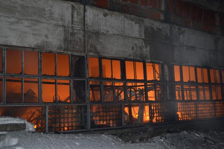 Почти сто сотрудников МЧС работали во время пожара на складе в центре Омска