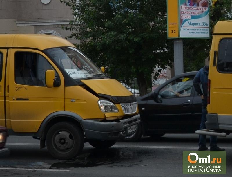 В центре Омска столкнулись две маршрутки с пассажирами