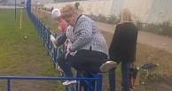 Посетители новой Ленты штурмуют забор вокруг гипермаркета (ВИДЕО)