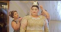 Золото и платье из купюр в 500 евро: цыганский свадебный клип стал хитом интернета