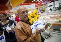 Жители Венесуэлы будут получать продукты по карточкам