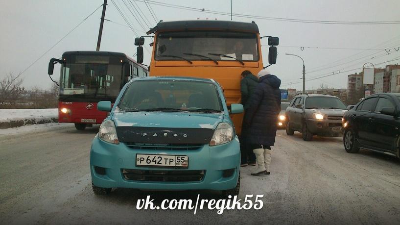В Омске груженый «КамАЗ» из-за гололеда столкнулся с Toyota Passo и «протащил» ее несколько метров