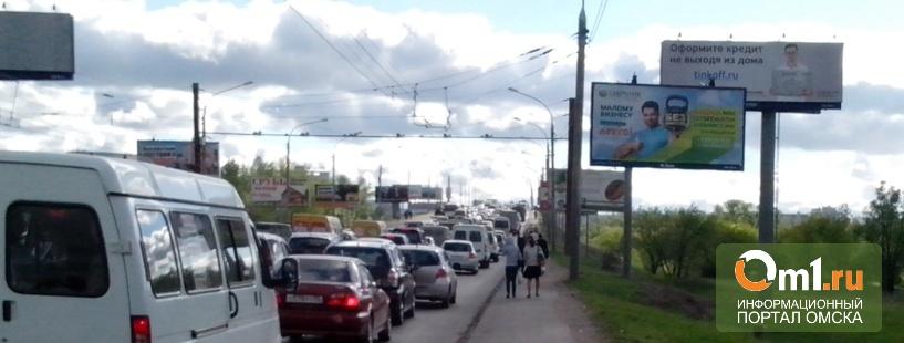 В Омске из-за двойного ДТП на Ленинградском мосту образовалась 5-километровая пробка