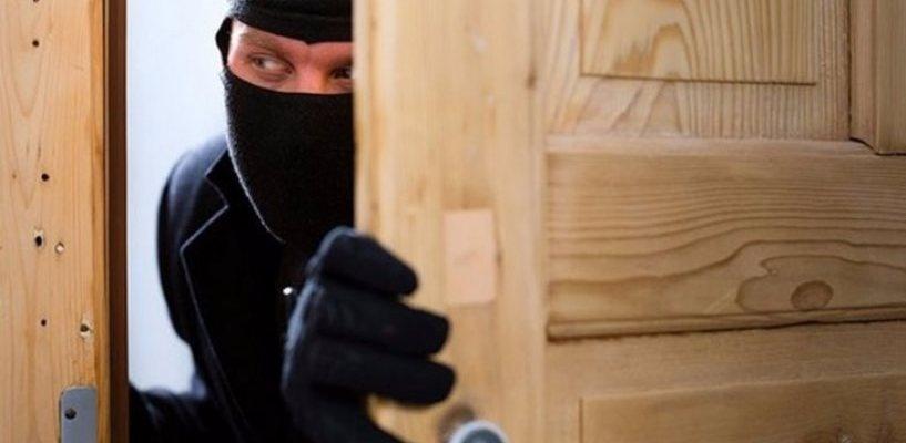 В Омске гость вынес из квартиры хозяина ценные вещи на 450 000 рублей