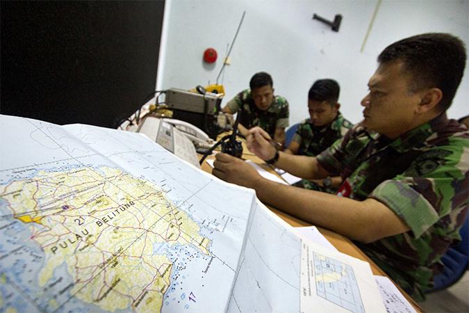 В зоне поисков лайнера AirAsia обнаружили обломки самолета и тела пассажиров