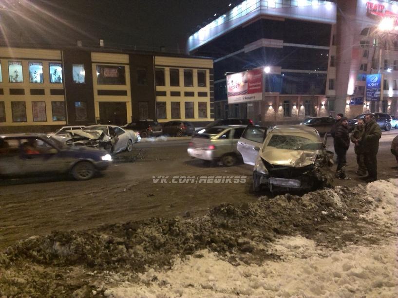 В Омске у Цирка произошло лобовое ДТП