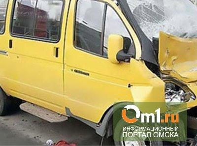 """В Омске у """"Континента"""" Toyota врезалась в маршрутку - пострадали двое"""