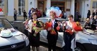 Назаров подарил лучшим педагогам по автомобилю