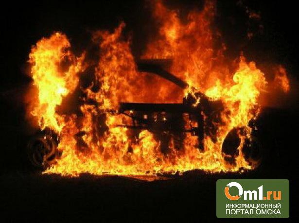 В Омске горящий Lexus чуть не спалил стоящую рядом «Волгу»