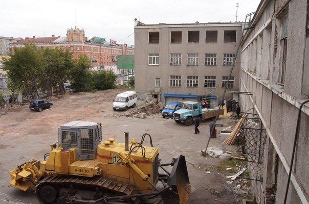 В интернете омичи выкладывают фото сноса здания на Лобкова