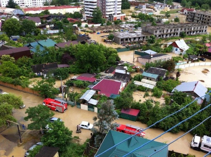 Наводнение в Сочи: спасатели эвакуируют туристов и местных жителей
