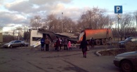 В Омске КамАЗ-мусоровоз снес остановку