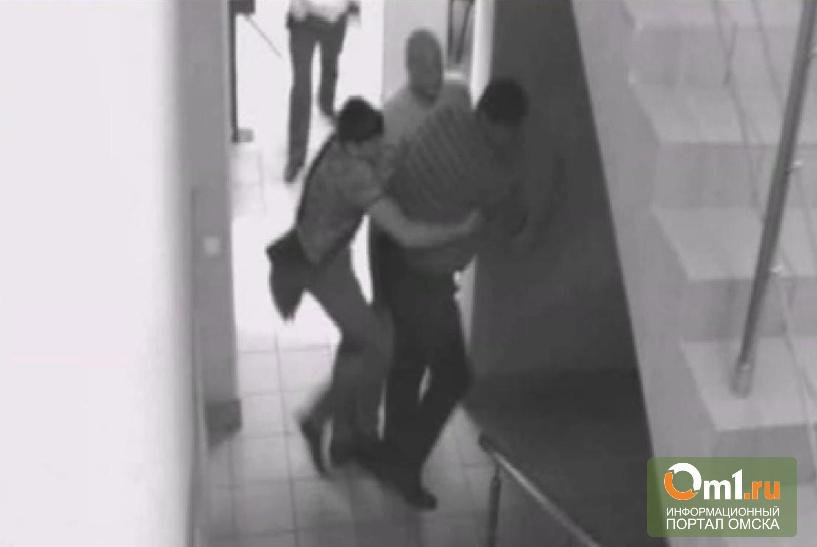 Омский адвокат, купивший в суде «спайс», пытался съесть его при полиции