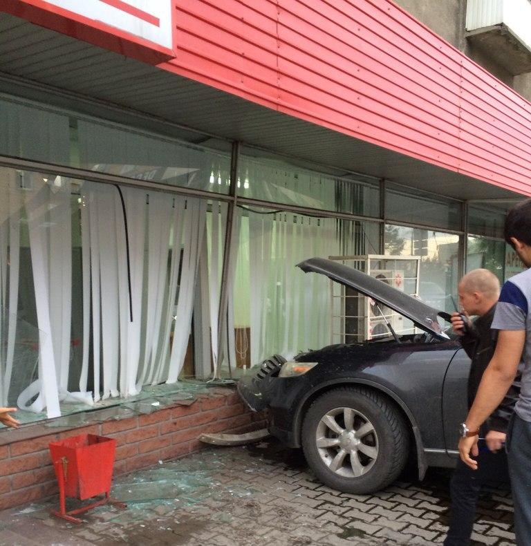 Омич на иномарке протаранил магазин «Холидей» на Ленина