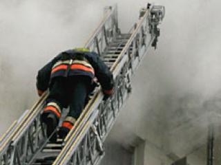 В Омске из горящего дома спасатели вывели больше 40 человек