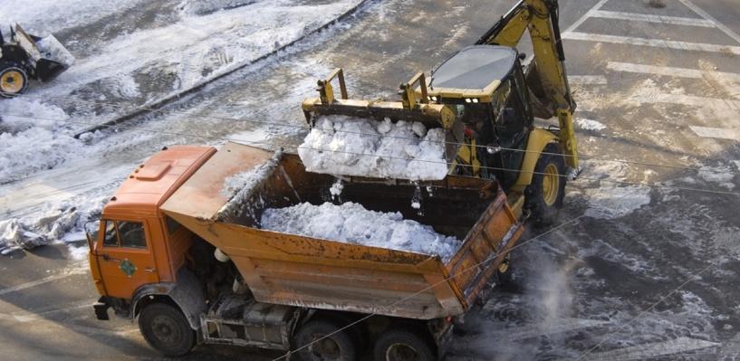 Мэрия: на каникулах в Омске убирали дороги и вывозили снег