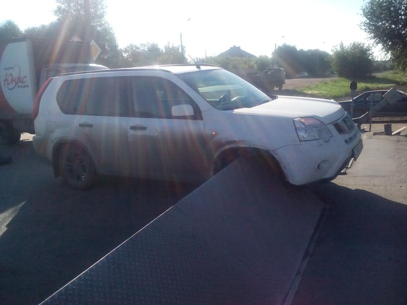 В Омске Nissan застрял на железнодорожном переезде, наехав на барьер