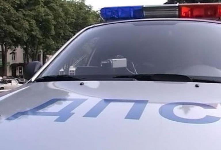 В Омске автомобиль BMW с молодой женщиной и двумя детьми попал в аварию