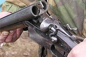 В Омском районе неизвестный утром стрелял по прохожим