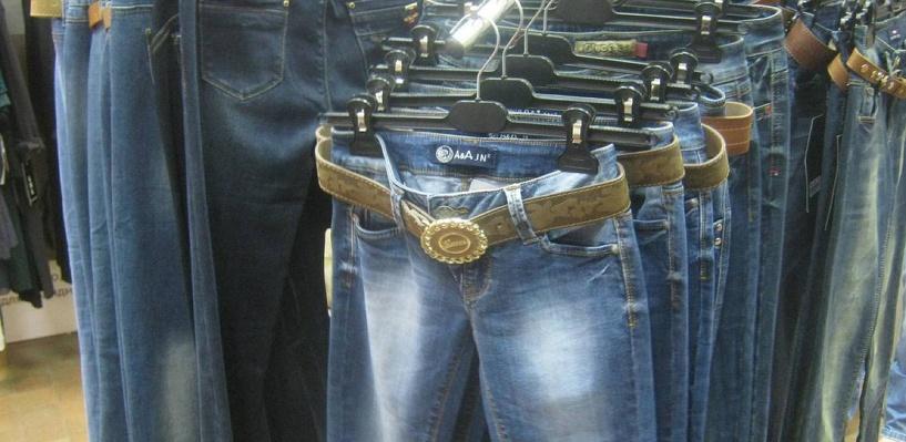 В Омске продают конфискованные джинсы за 60 рублей