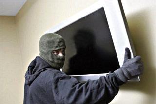 Вор, угрожая ножом, унес из квартиры омича плазменный телевизор