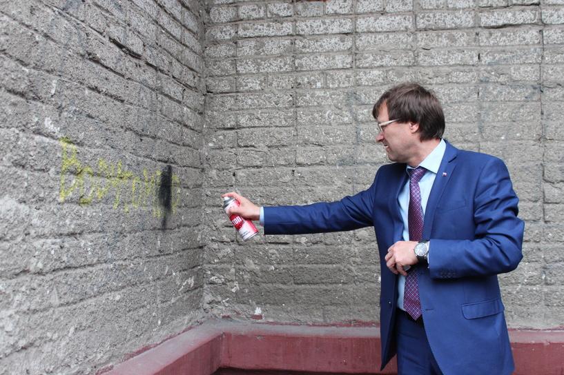 Министр спорта Омской области вышел на улицы города с баллончиком краски