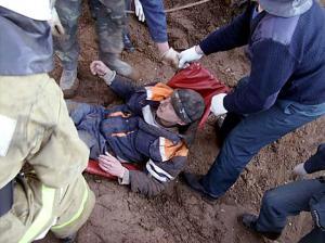 В Омске рабочего засыпало землей