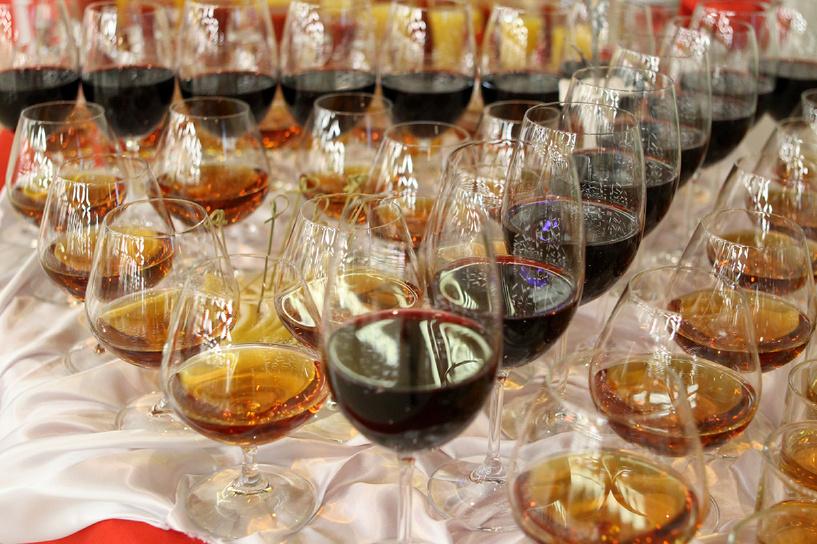 Чиновникам предлагают ограничиться на банкетах водкой и крымскими винами