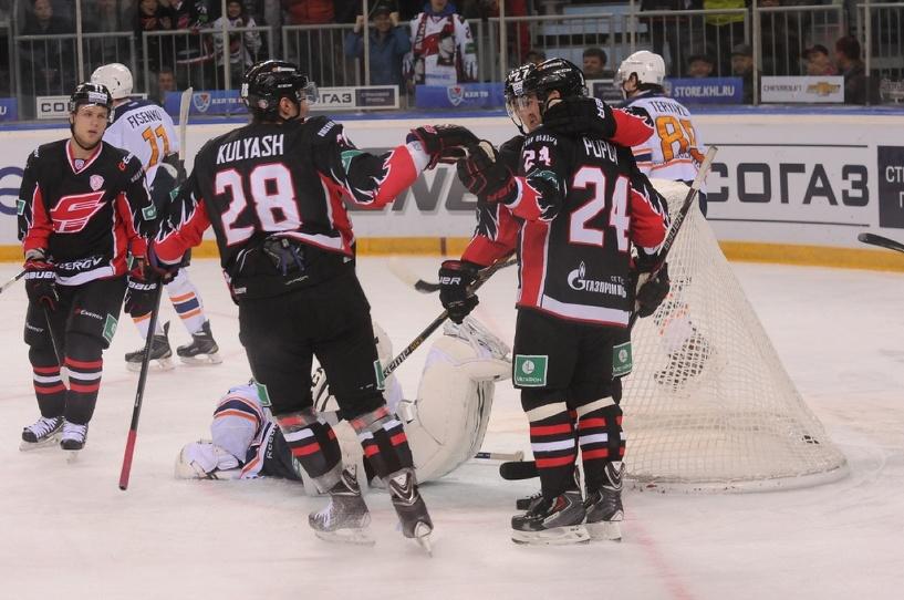 Денис Куляш открывает еще одну хоккейную площадку в Омской области