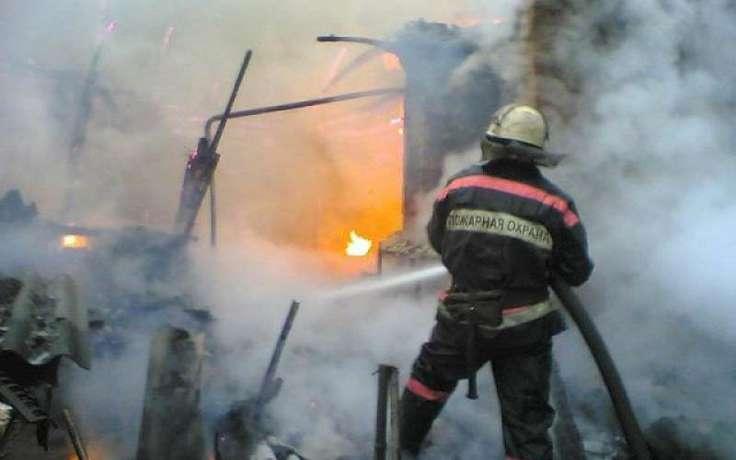 В Омской области сосед спас из горящего дома троих детей