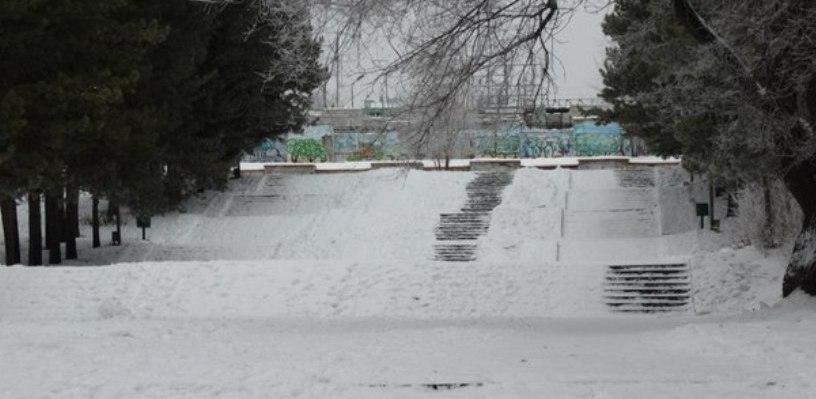 Омичка разбила голову, скатившись с самодельной горки в Советском парке
