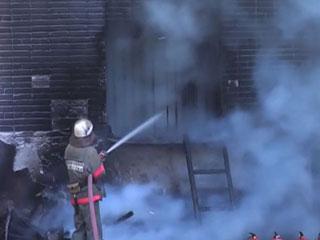 В Омске мужчина покурил в постели и поджег многоэтажку