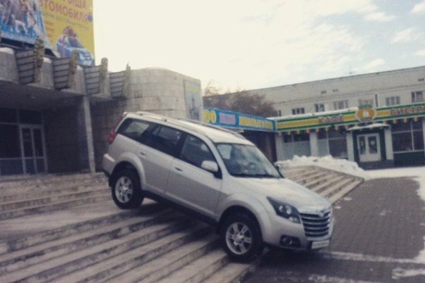 Джип припарковали буквально на лестнице перед омским цирком