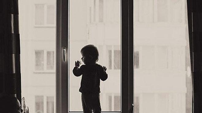 Следователи ищут мужчину, который помог выброшенному в окно малышу