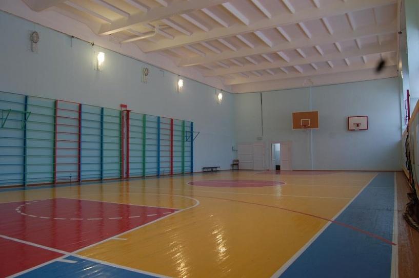 В Омске прокуратура через суд добивается ремонта спортзала в школе