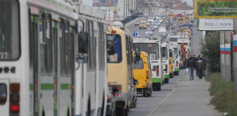 Омск стоит в пробках на улице Красный Путь из-за ремонта на проспекте Мира