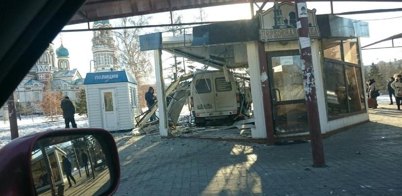 В Омске задержали водителя, который протаранил церковную лавку