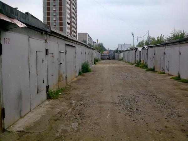 У омских автолюбителей крадут из гаражей резиновые лодки и колеса