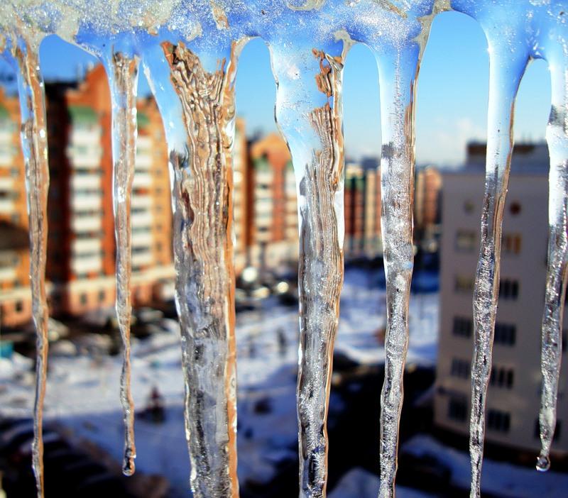 За снег и сосульки во дворах к управляющим компаниям Омска будут применять санкции